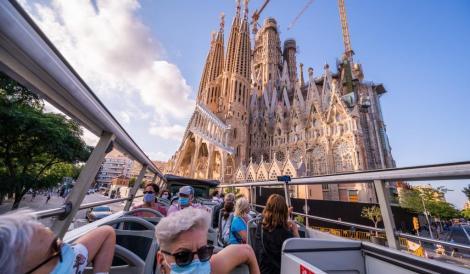 El bus turístic passant per davant de la Sagrada Família